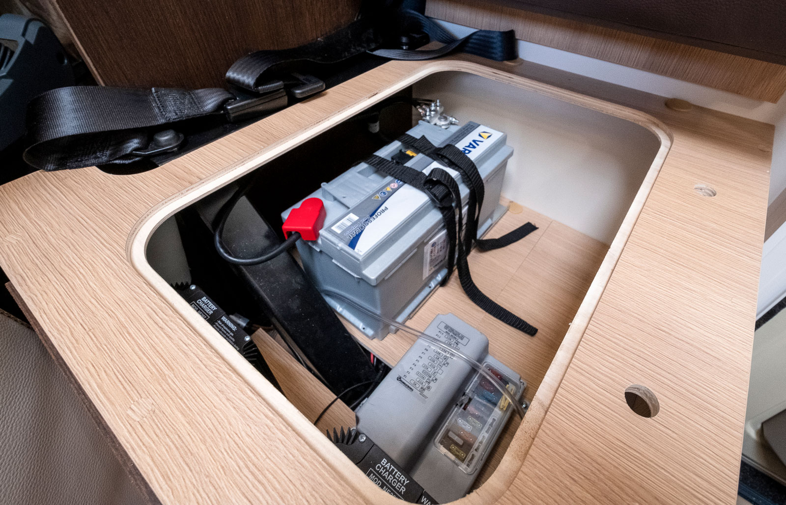 Bodelsbatteri och elcentral är placerade under den lilla soffstumpen innanför bodelsdörren.