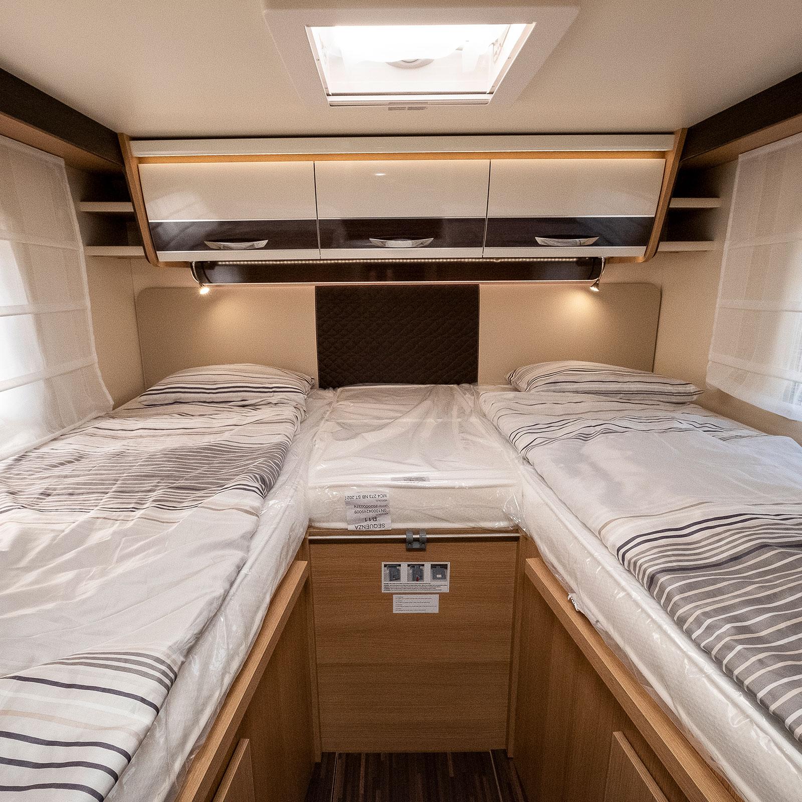 De höga sängarna är sköna och rejält tilltagna. Vill man ha ännu större säng kan de bäddas ihop.