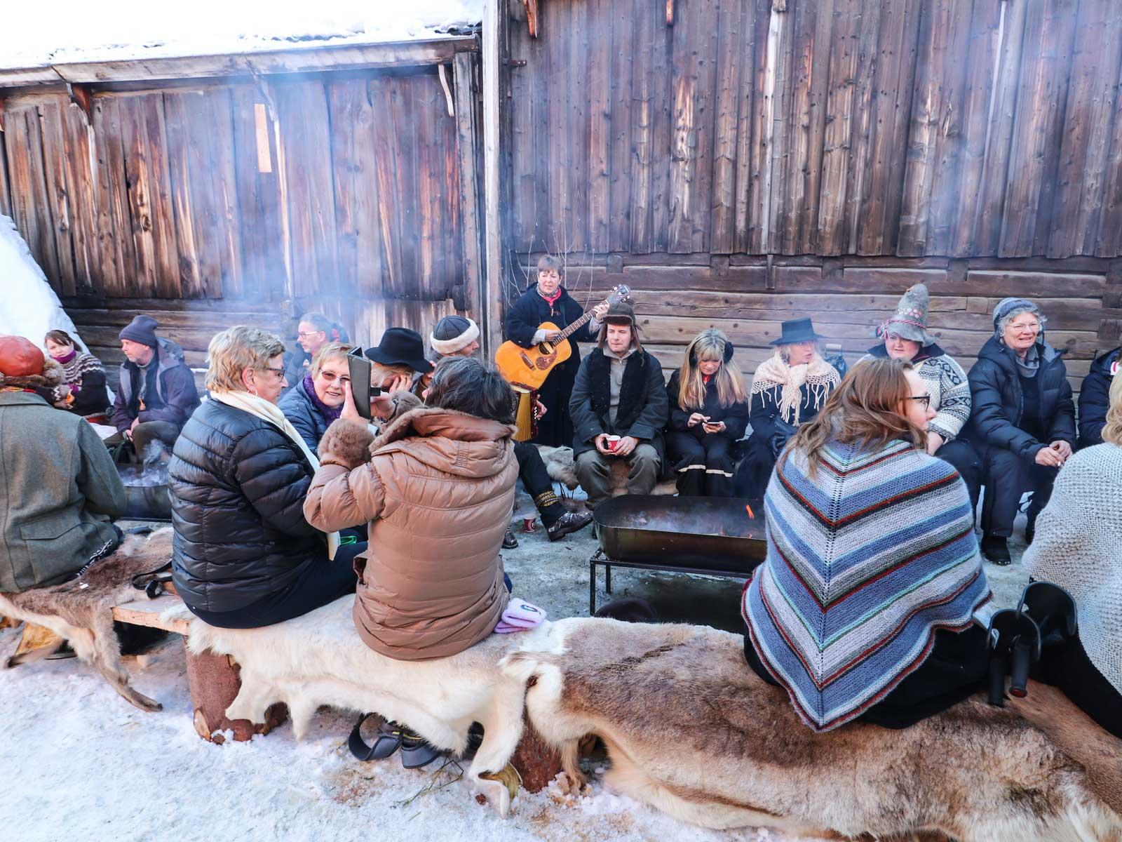 Stämning med musik vid brasan, värme från elden och gott värmande kaffe.