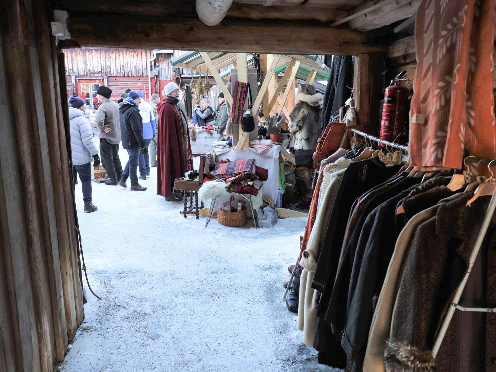 Inne på Rasmusgården hittar vi Klövsjö FBF. De erbjuder kolbulle, kaffe och underhållning och säljer bland annat pälsar och hantverk.