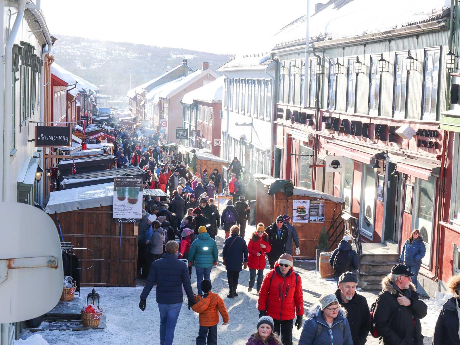 Folkvimmel på gator och torg. Marknaden lockar cirka 75 000 besökare.