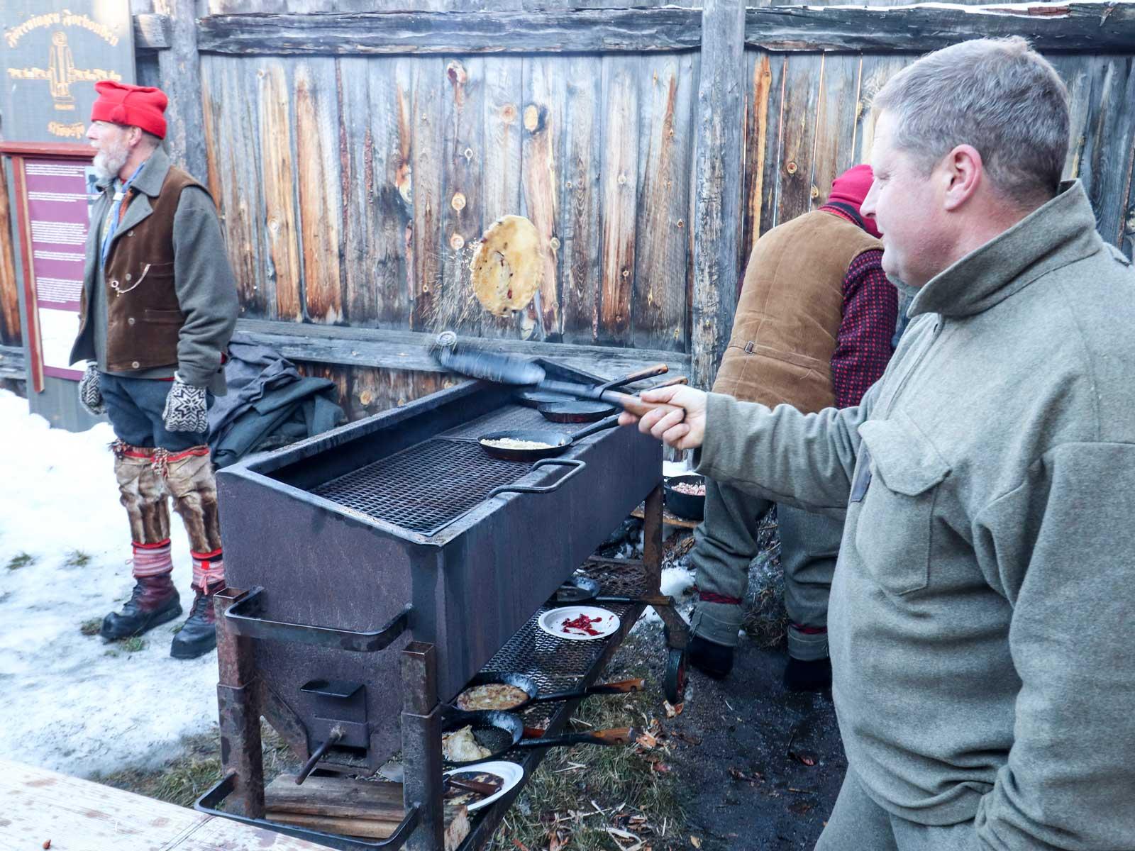 Kolbullar serveras till kaffe kokat på öppen eld.