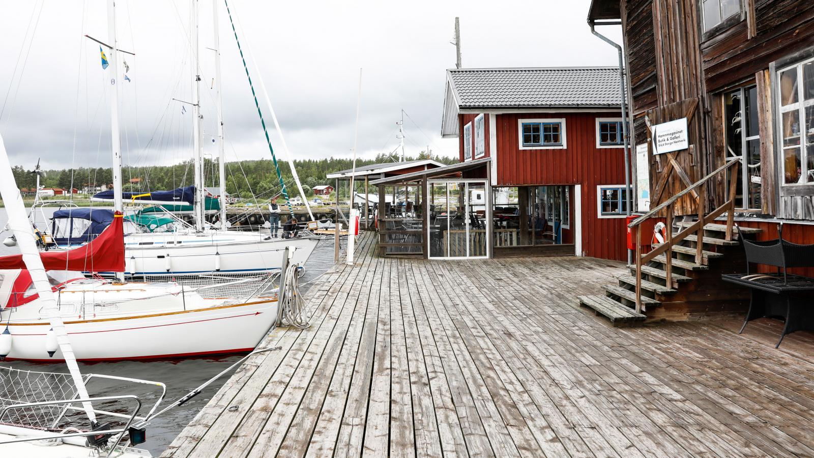 Gästhamnen mellan hamnmagasinet och restaurang Sjömärket.