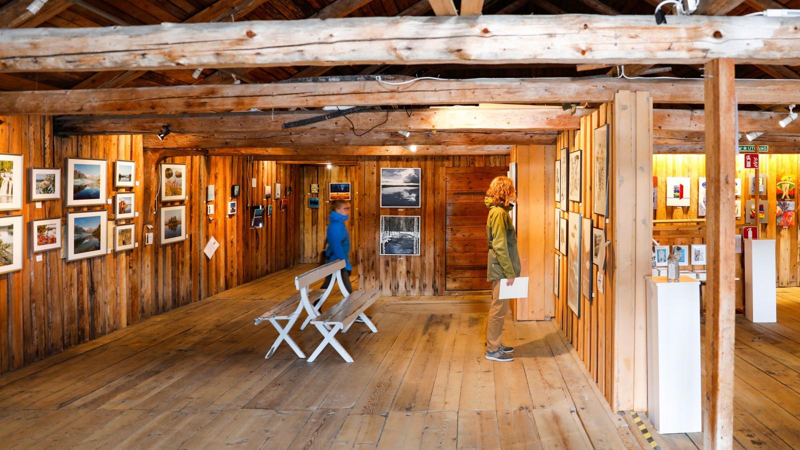 Hamnmagasinet drivs av ett tjugotal konstnärer som tillsammans säljer slöjd, hantverk och design. På ovanvåningen finns ett galleri.
