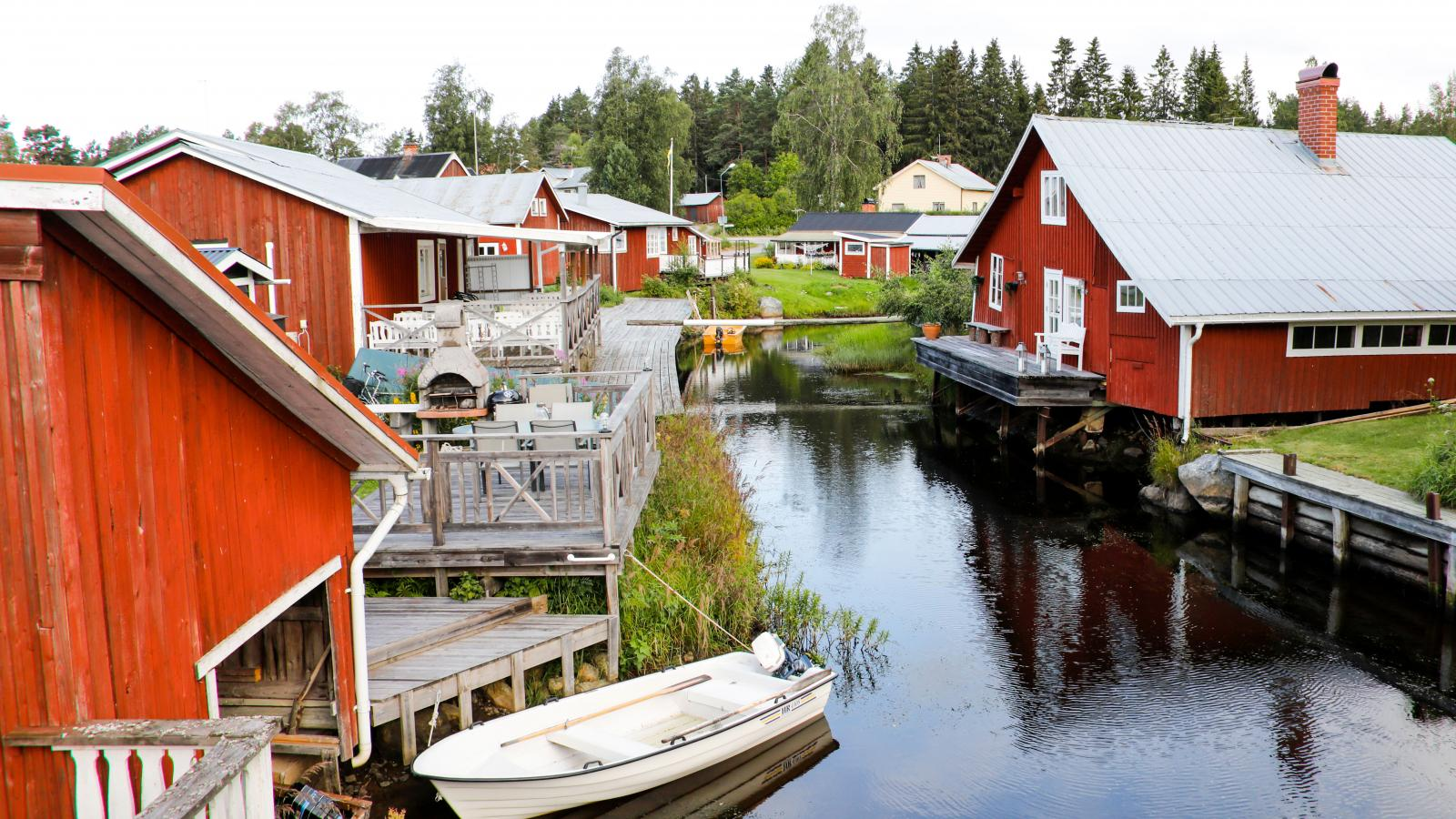 Mysiga miljöer vid båthuskanalen i Mellanfjärden.
