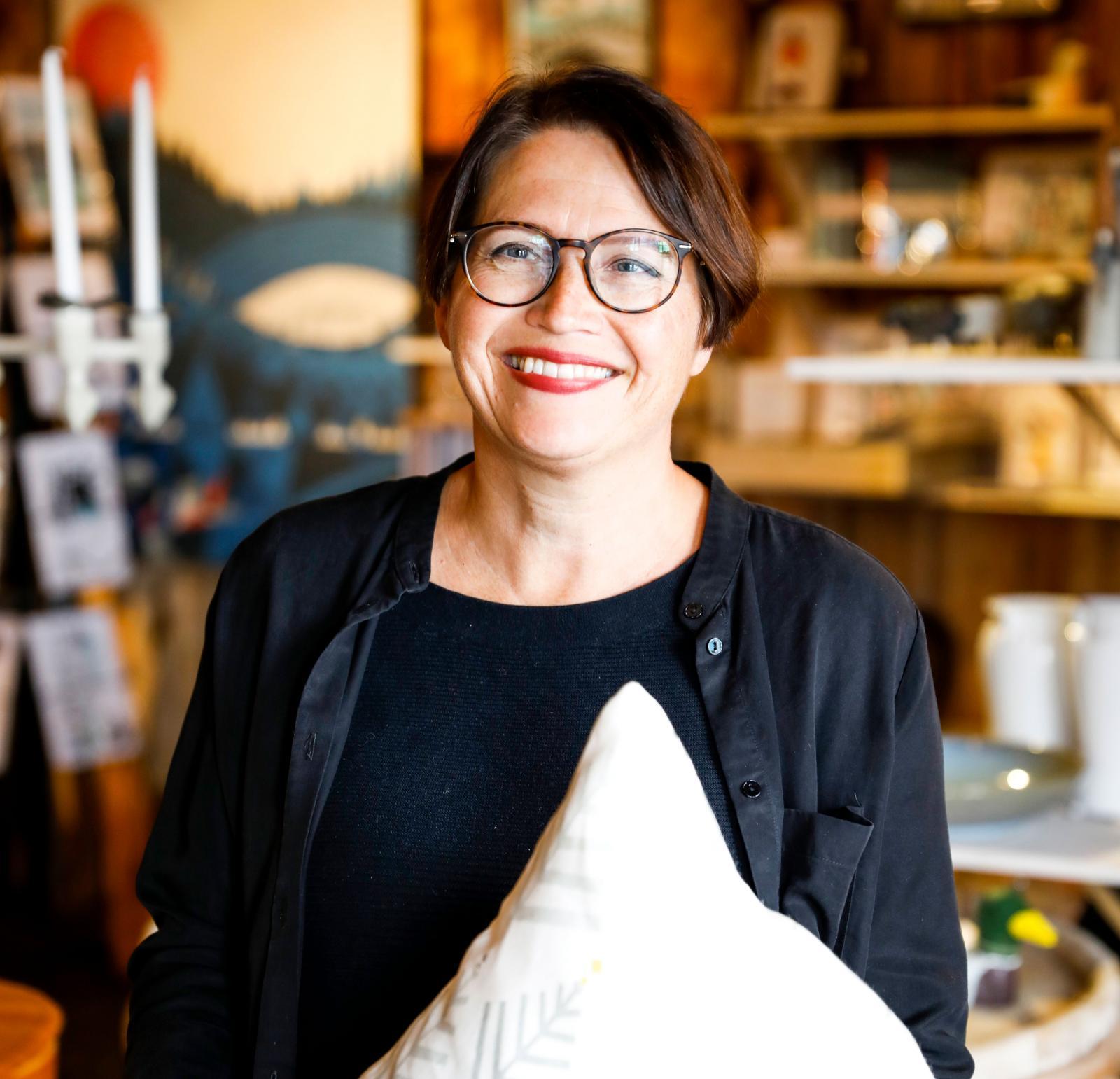 Formgivaren Vicci Andersson Sjöbom jobbar på hamnmagasinet och formger bland annat kollektionen Granris Medelpad.