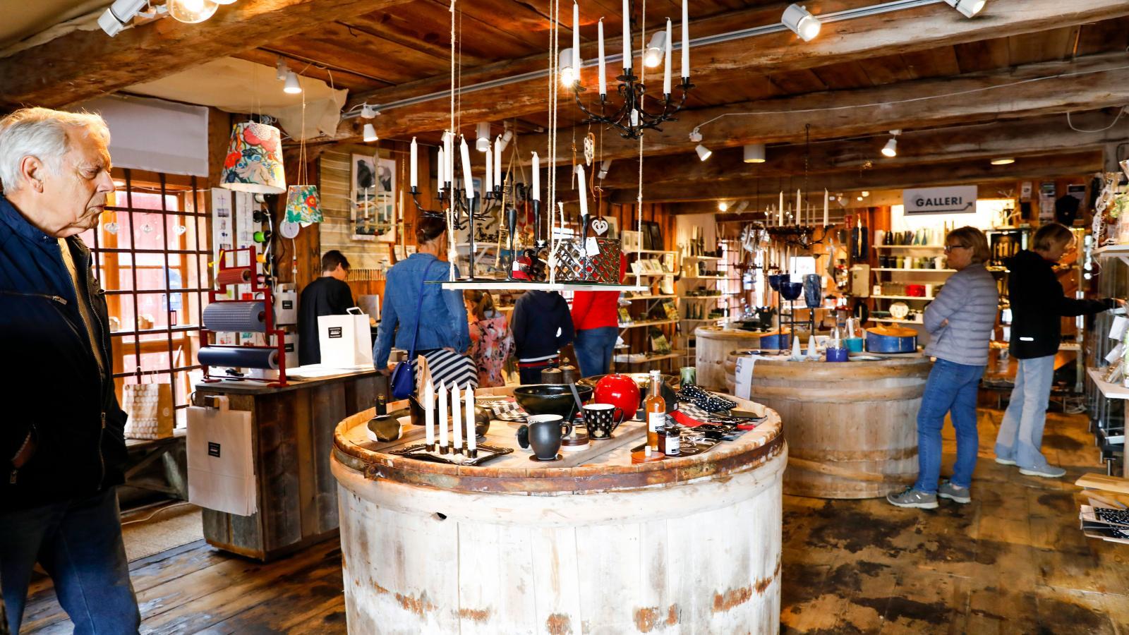 I hamnmagasinet finns olika typer av hantverk till salu. Till exempel slöjd, smide och textilier.