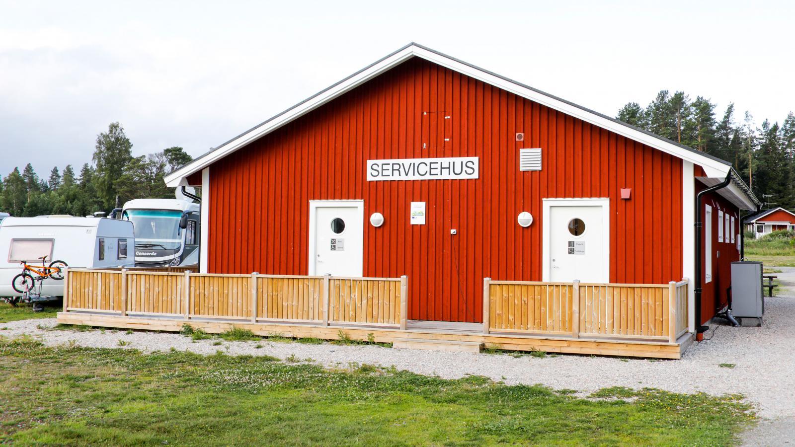 Servicebyggnaden på Mellanfjärdens camping är helt nybyggd till 2020.
