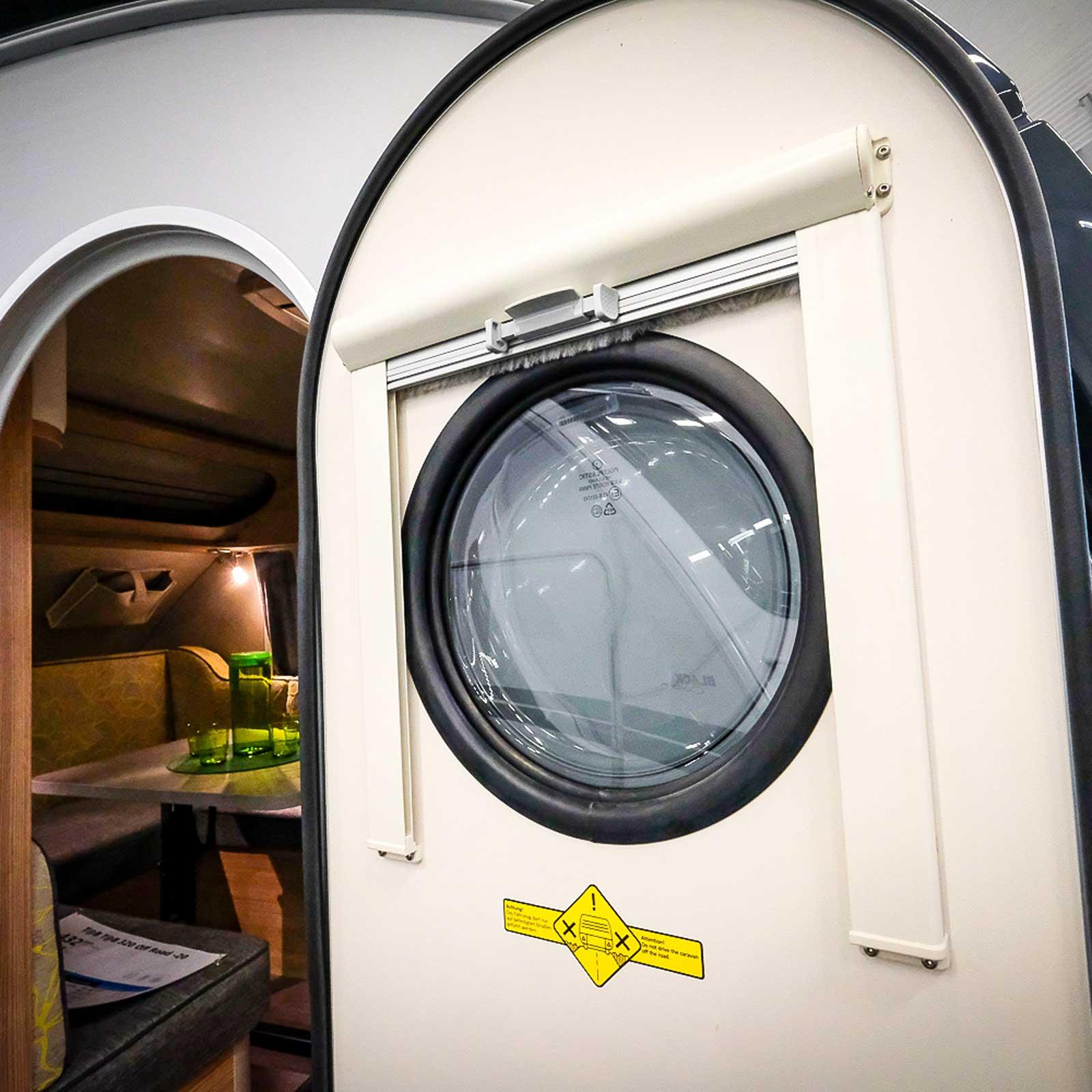 Dörren har ett litet fönster och som tillval finns myggnätsdörr.