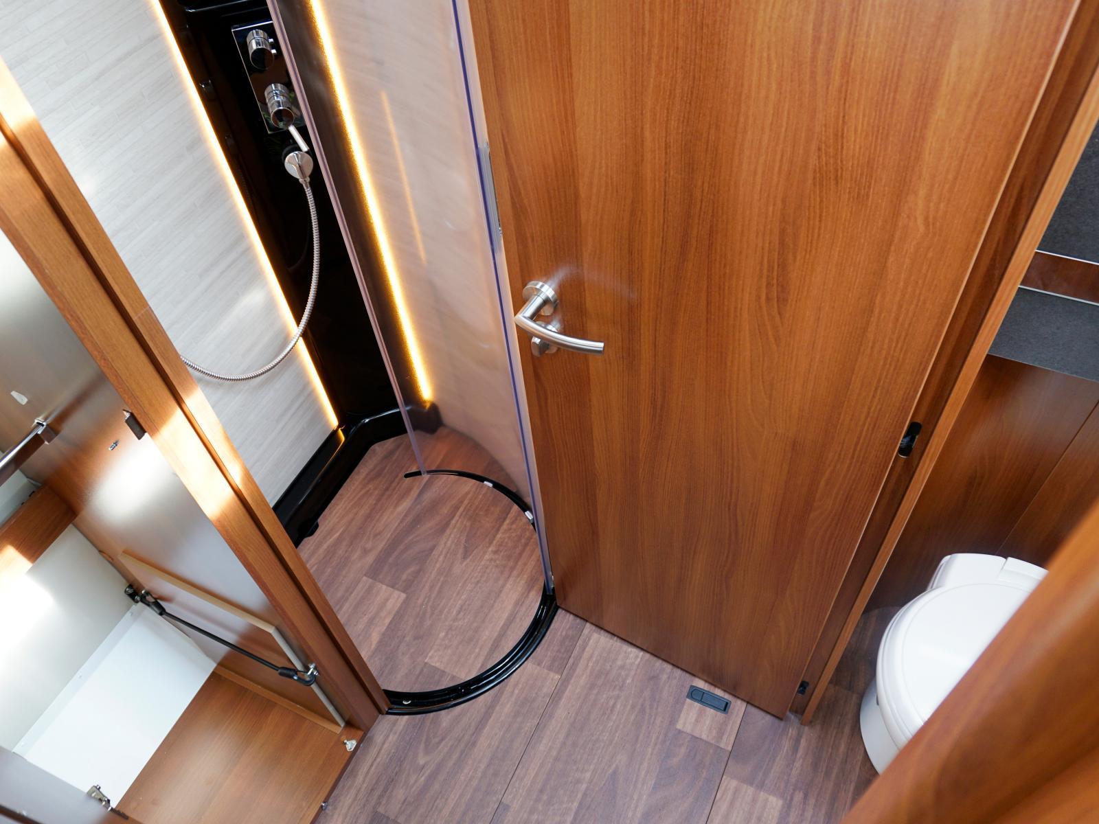 Med toalettdörren kan mittgången stängas av och plötsligt erbjuds ett rum med dusch, handfat, toa och stor garderob.