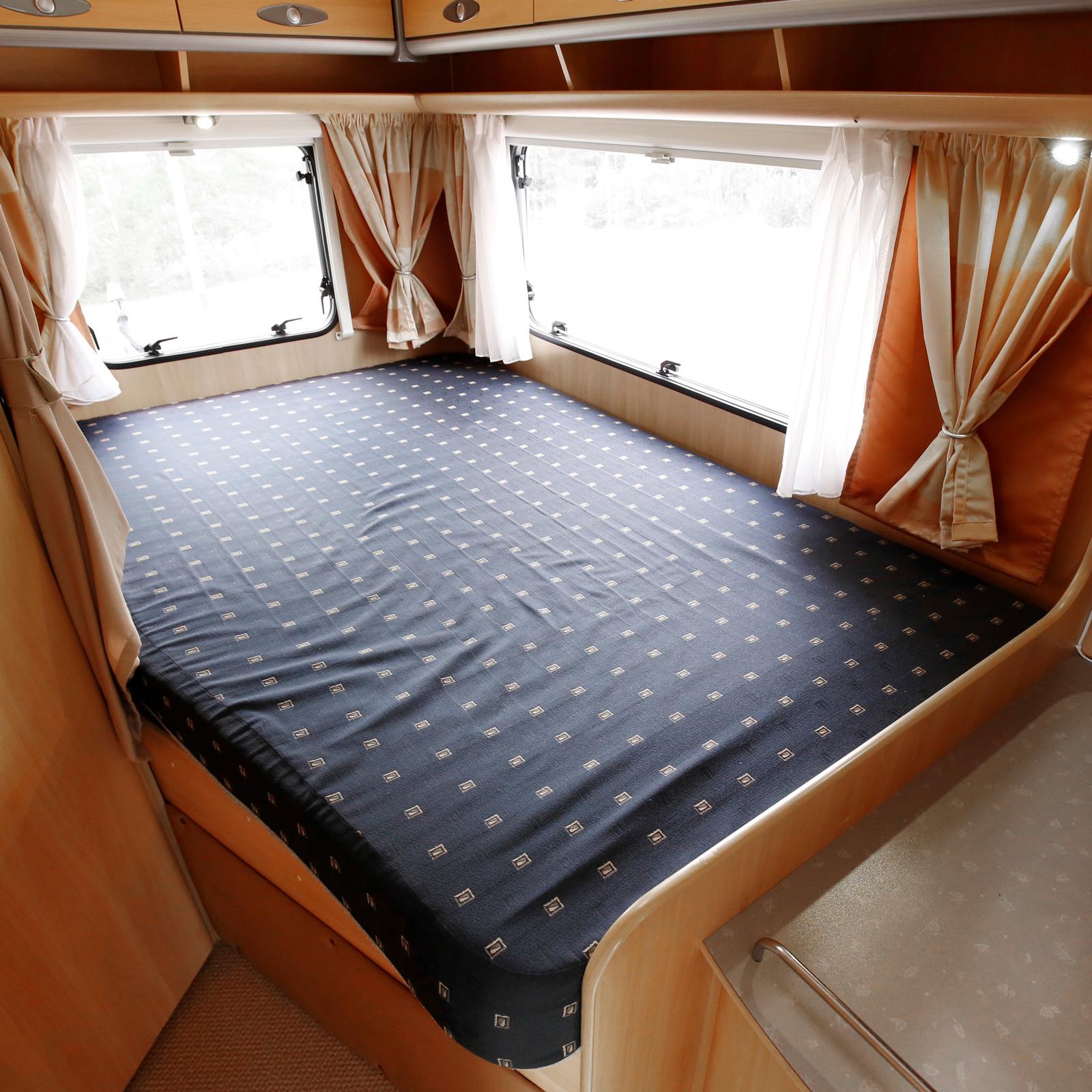 Fransk säng förekommer ibland i mindre husbilar som denna. Det är dock ovanligare med med fönster på bakstammen.