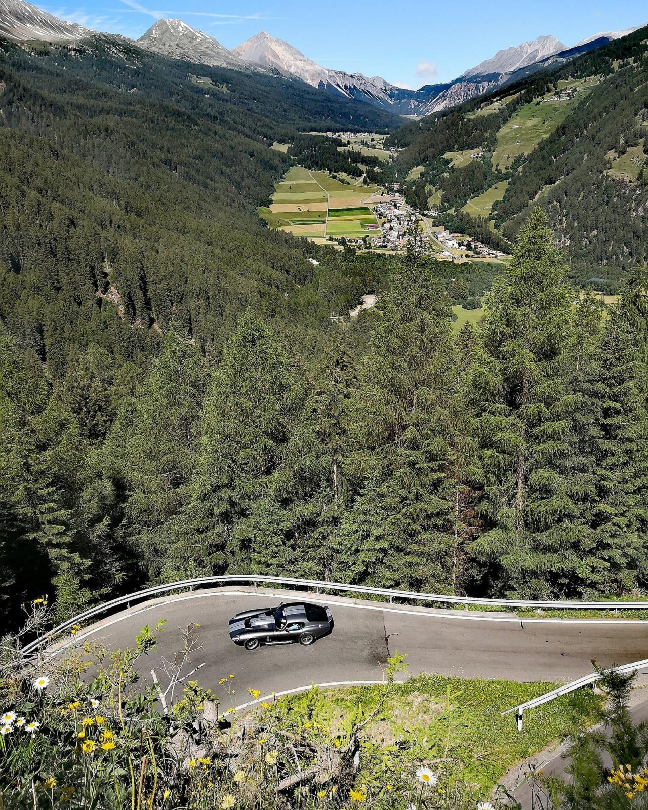 När vi körde pågick en veteranbilsträff och rikligt med AC Cobra, Ferrari och andra dyrgripar rastades uppför Umbrailpasset.