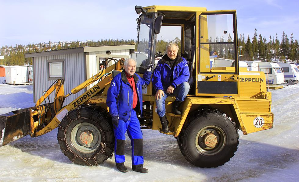 Snöröj – Jan-Erik Westman och Sven Nyman röjer snö på Storhogna Camping.