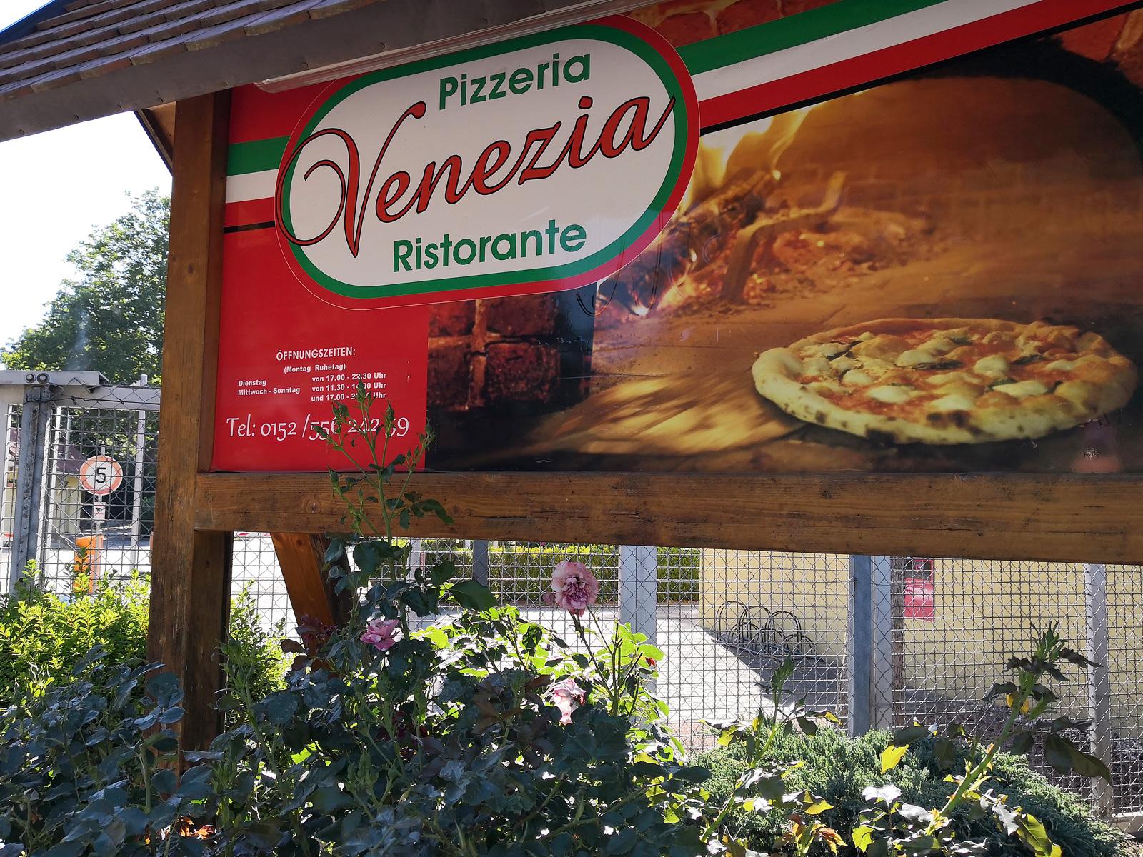 Campingens egen pizzeria har en trevlig uteservering med damm och trädgård. Pizzor från 6,50 euro är inte fy skam.