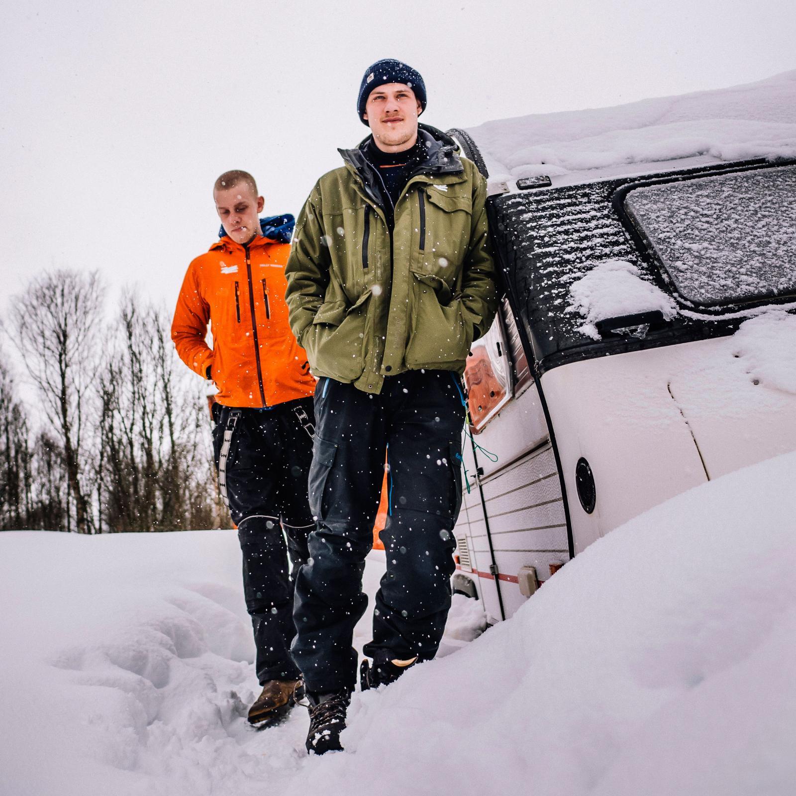 Goda vänner. Den insnöade husvagnen står ett stenkast från Tromsö Vildmarkscenter där de danska vännerna säsongsarbetar.