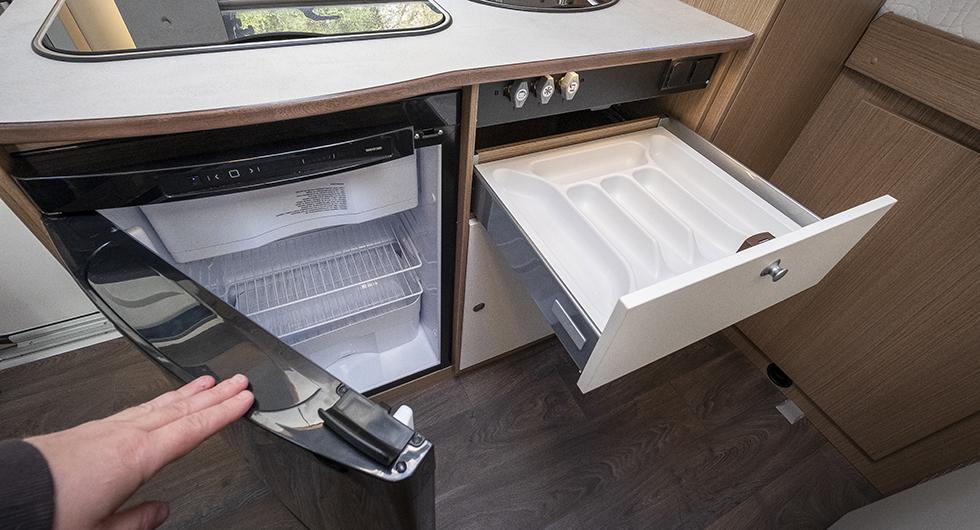 Golvkylen rymmer 113 liter inklusive det inbyggda frysfacket. Besticklåda med plastinsats underlättar förvaring av bestick.