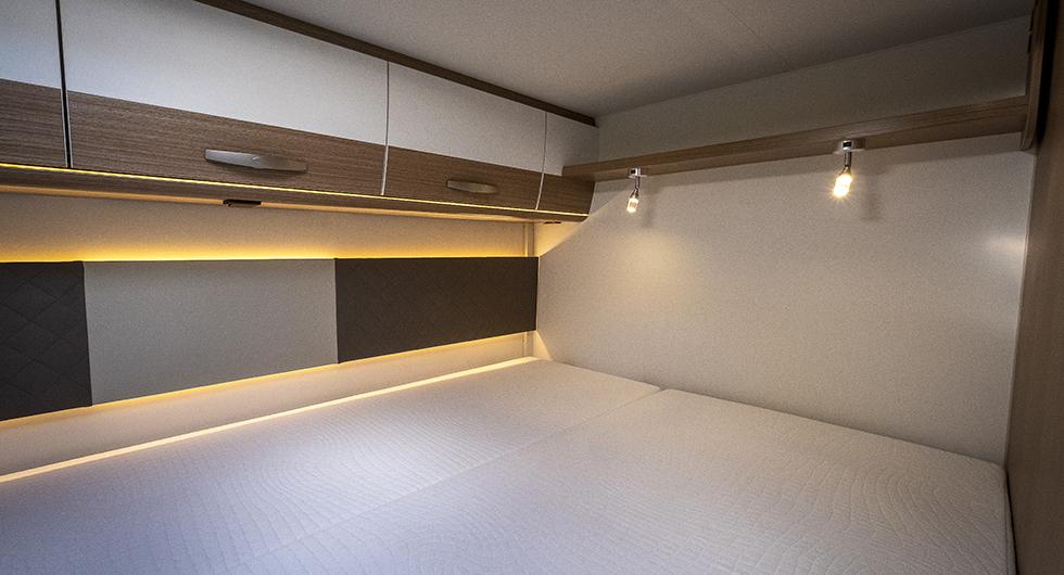Ombonad tvärställd akterbädd med läs- och myslampor. Fönster finns vid fotsidan.