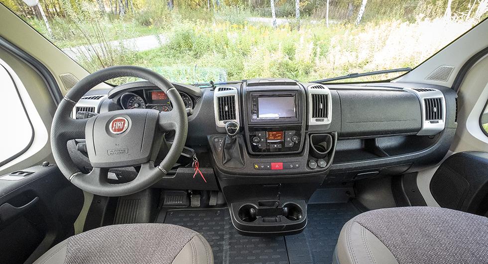 Testbilen har Fiats chassipaket med silvergrå ventilgaller (vars ljushet tyvärr reflekteras i vindrutan) samt extra krom och läder.