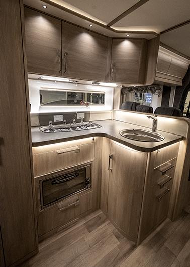 Köket är rymligt för att vara i en husbil. Ugn är standard.