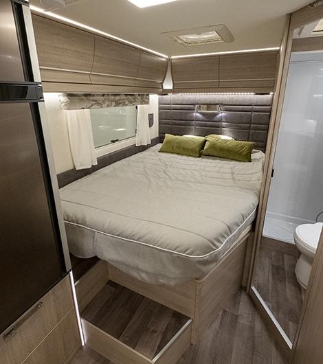 Fransk säng som kan resas för tillgång till lastutrymmet.