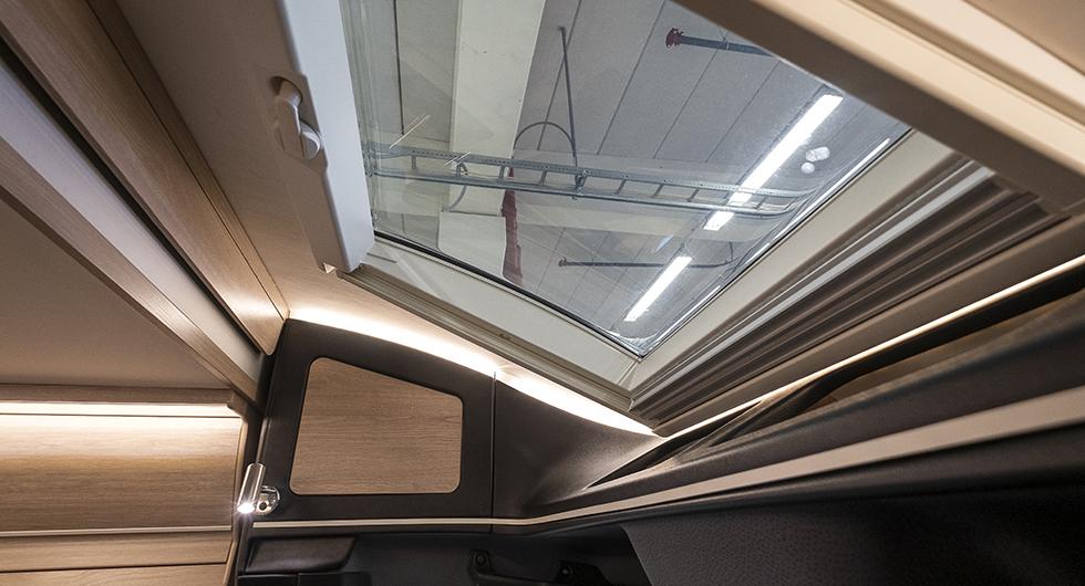 I hyttaket finns ett öppningsbart fönster som ger fin utsikt från taksängen.