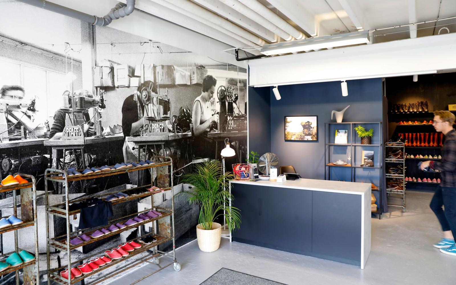 I butiken pryds väggarna  av foton från storhetsdagarna i mitten av förra seklet.