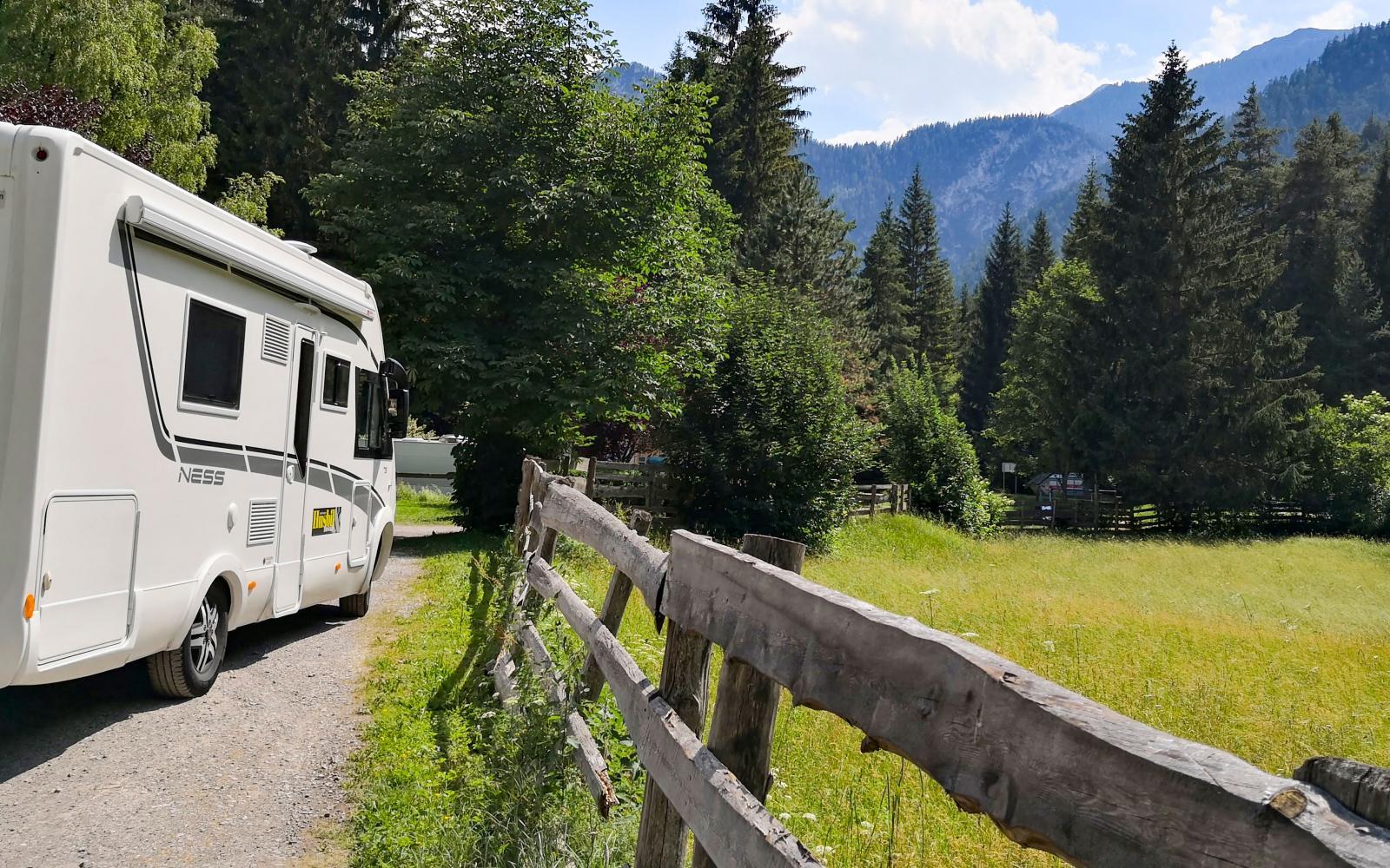 När vi kommer till incheckningen på campingen ser det väldigt ödsligt ut trots sommarsäsongen. Men vackert är det så vi väntar gärna på personalen en stund.