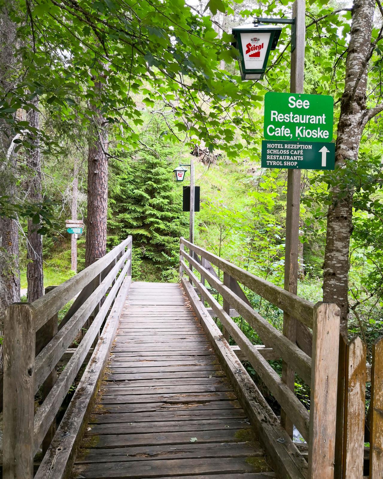 Skyltar längs gångvägarna mellan campingen och hotellet/slottet som har samma ägare.