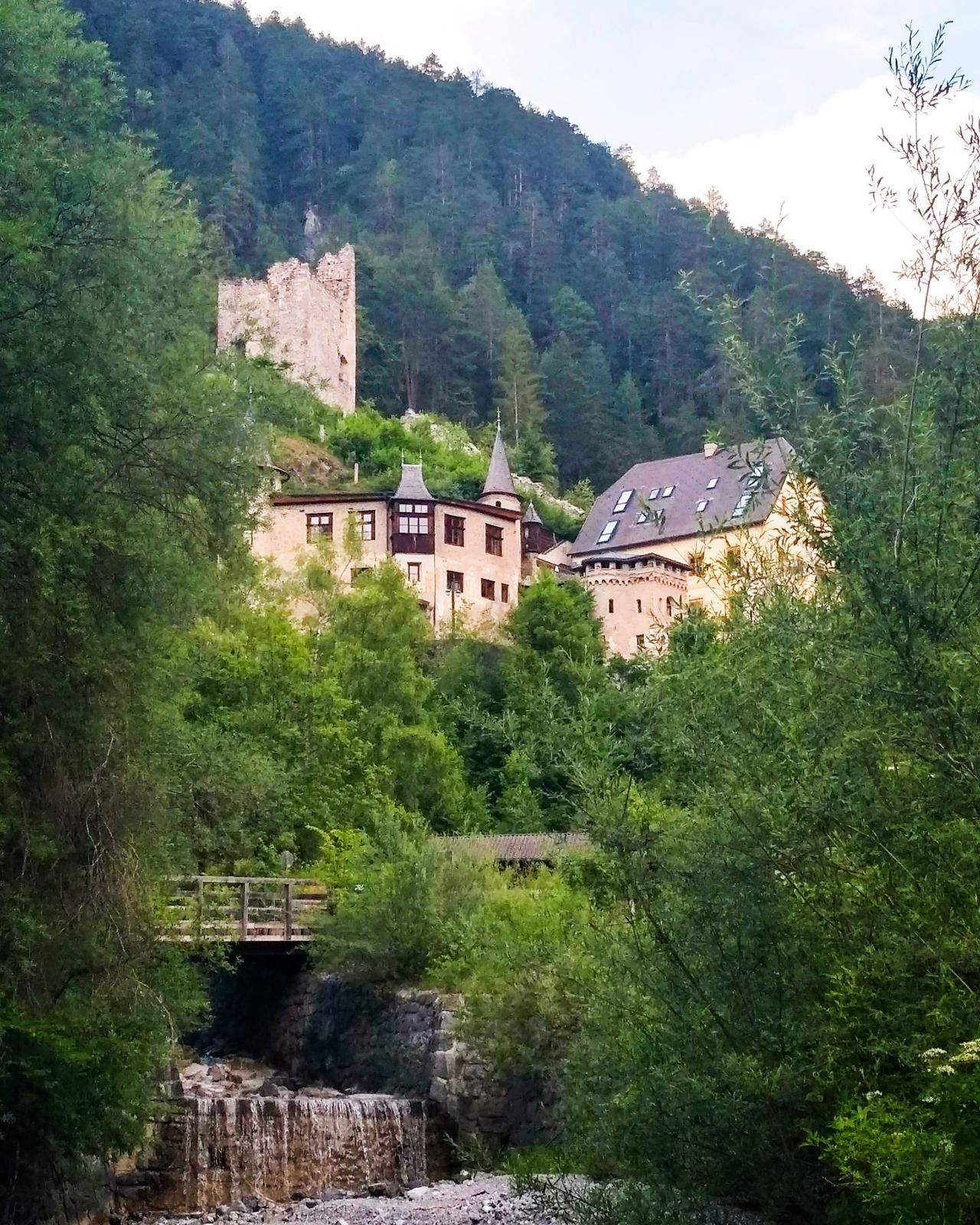 Slottet/hotellet/borgen sticker upp genom trädkronorna och vill man ha hotellfrukost på campingen går det bra att beställa i campingreceptionen.