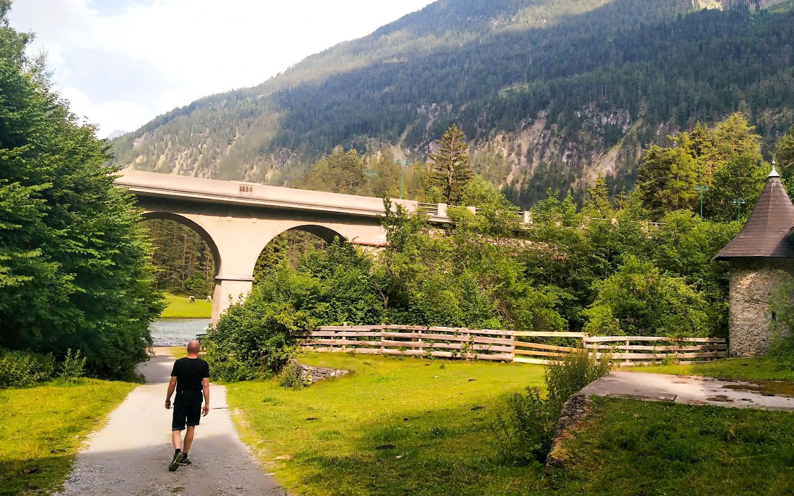 Från campingen finns en gångväg under huvudvägen till de kristallklara sjöarna. Dykardröm 970 meter över havet.