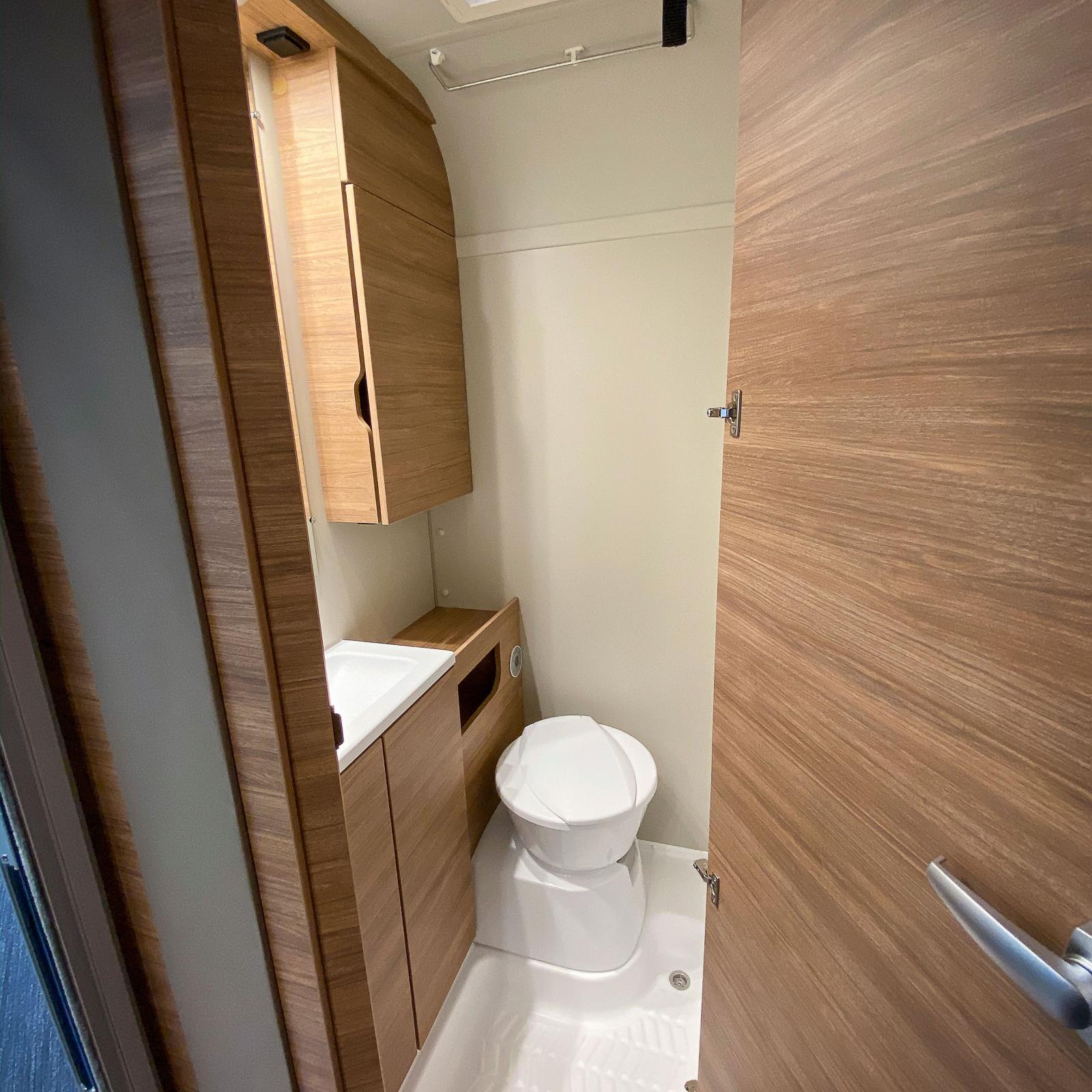 Toalettutrymmet är litet men innefattar ändå skåputrymmen.