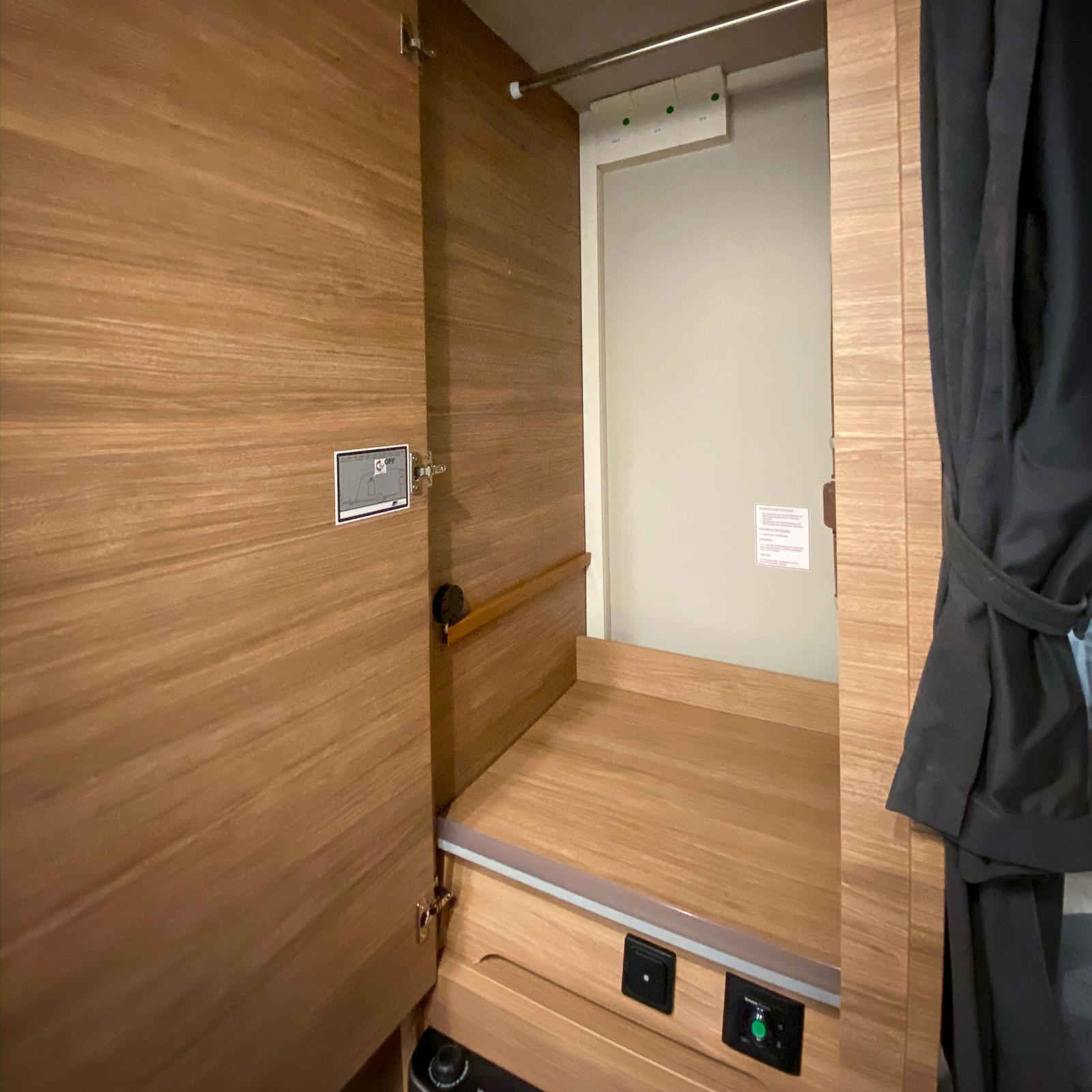 Garderoben passar för upphängning av kläder på galge.