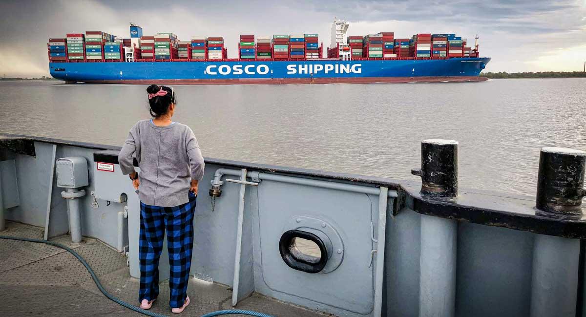 Räkna containers på Elbe... Skeppet Sagittarius är 400meter långt och 59meter brett. Skeppet byggdes 2018 och är ett av världens stora containerfartyg. Ett så kallat ULCV, Ultra Large Container Vessel. Det seglar för Cosco Shipping som har 1 200 fraktfartyg och är världens tredje största rederi.