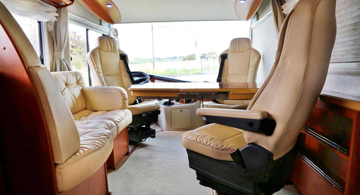 BAR. Sittgruppen med så kallat barbord är trivsam och passagerarna sitter skönt. Perfekt även som arbetsplats eller kontor!