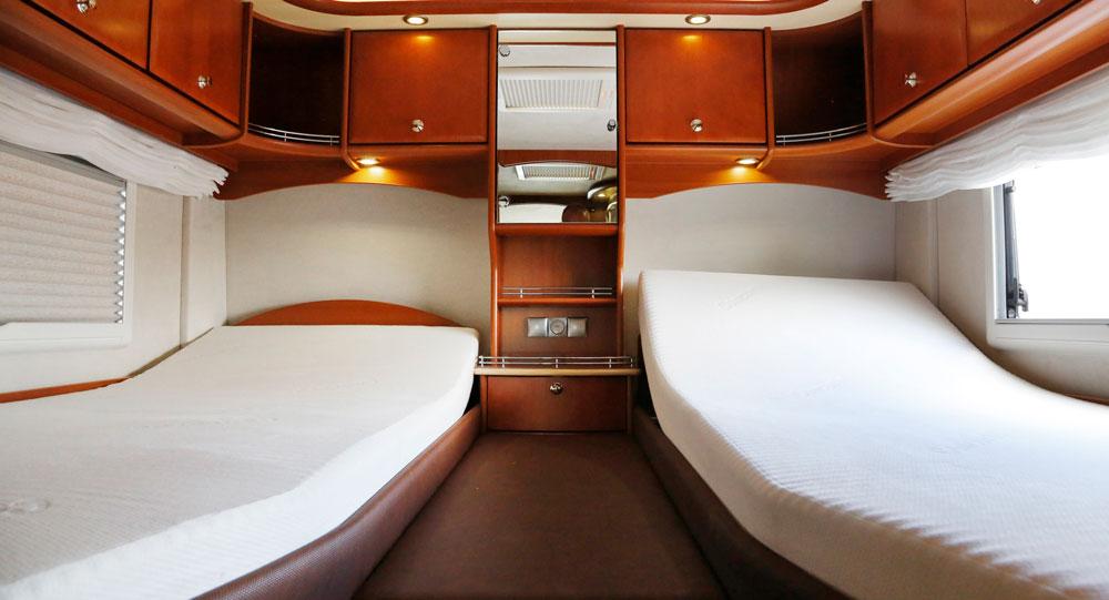 SOVA. Sängarna kan höjas i huvudänden och madrasserna är skönare än hemma. Bra luftcirkulation runt skåp och sängar.