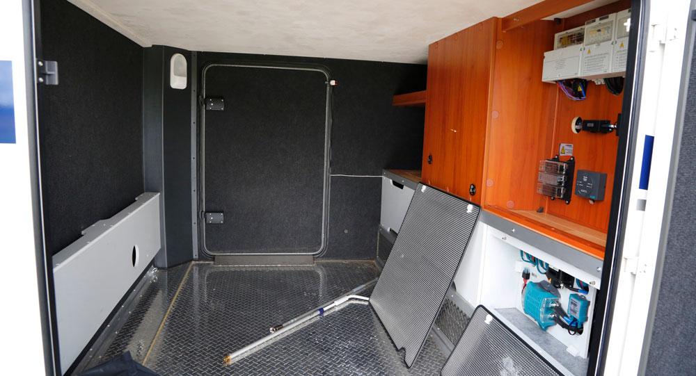 GARAGE. Teknik bakom luckor och oömt golv.
