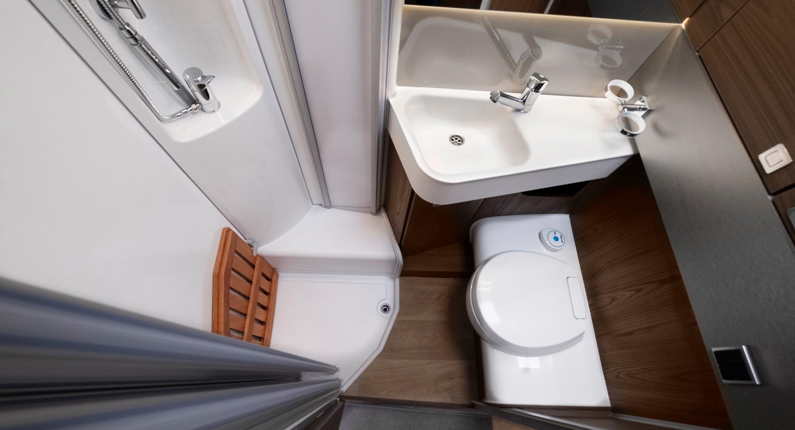 Även i badrummet tittar metallen fram på sina ställen. Det är dock ett fullt fungerande badrum där även det praktiska fått sitt.