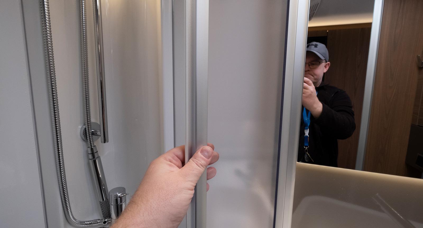 Gedigen duschdörr som ska hålla vattnet på plats.
