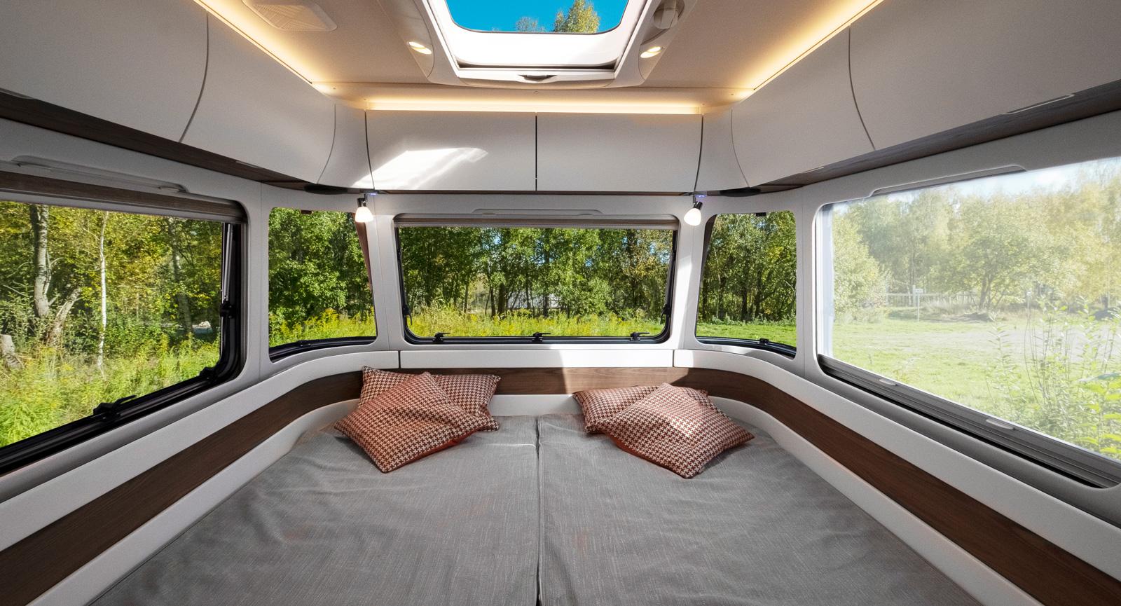 Sovrummet har en enorm atmosfär. Fönster runtom och gott om fin belysning. Sängarna kan lyftas för att nå lastutrymmet.