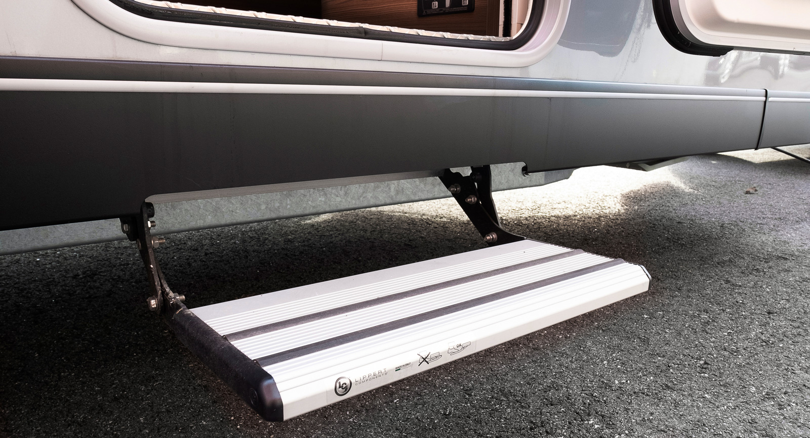 Integrerad instegstrappa istället för lös husvagnstrappa.