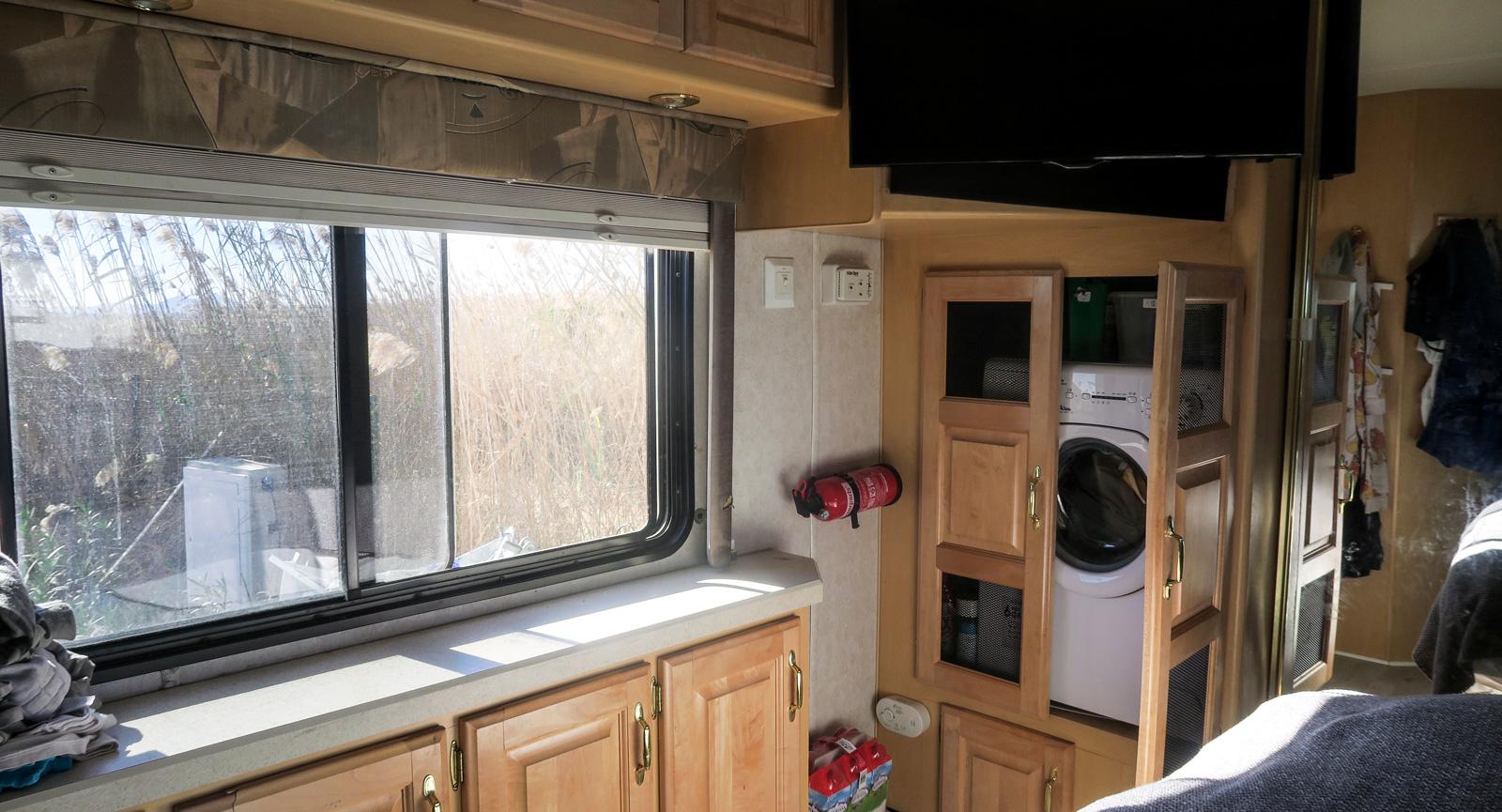 I sovrummet finns tvättmaskinen gömd i ett skåp. Perfekt med egen maskin när småbarn är med på resan.