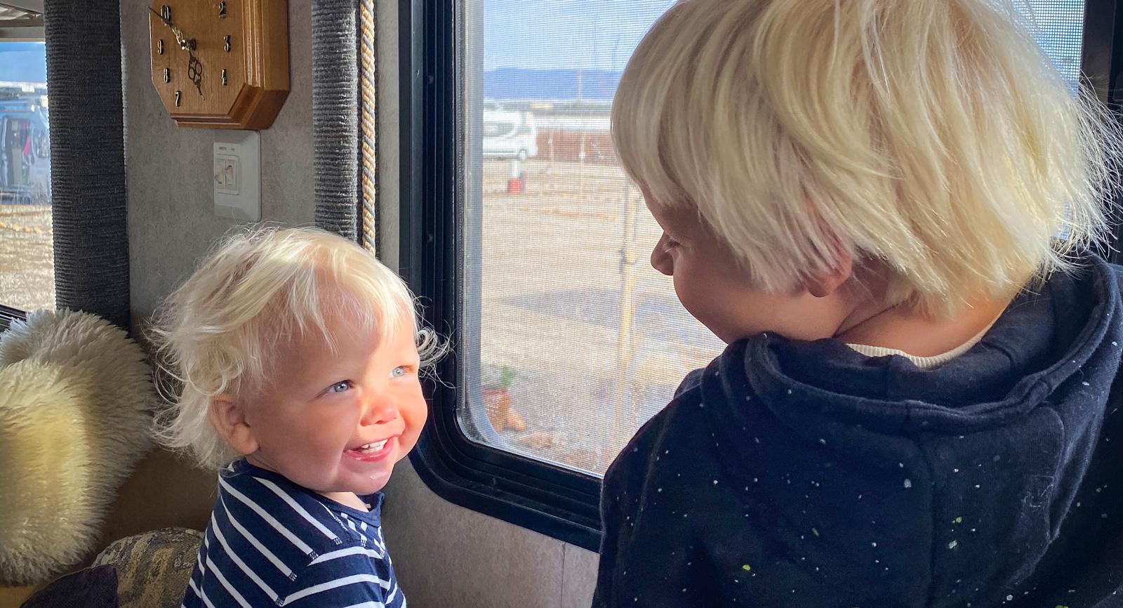 Brorsorna Manne och Zeke trivs med livet på resande fot ihusbussen, vilket gör föräldrarna glada och lättade.