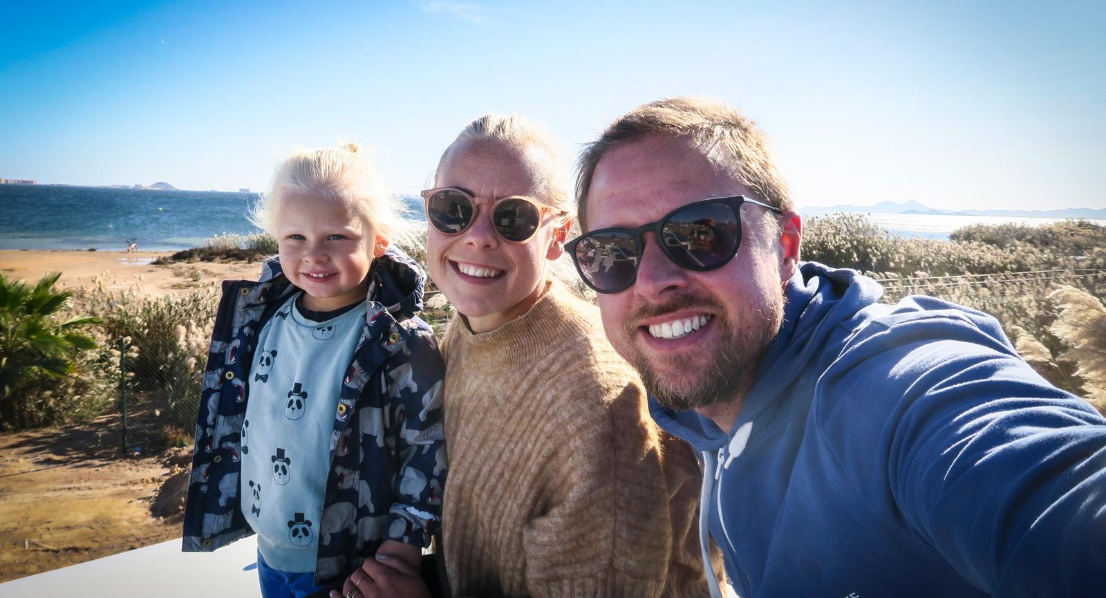 Familjen njuter den sista tiden med husbussen innan de återvänder till Sverige. Till midsommar planerar de att sälja bussen.