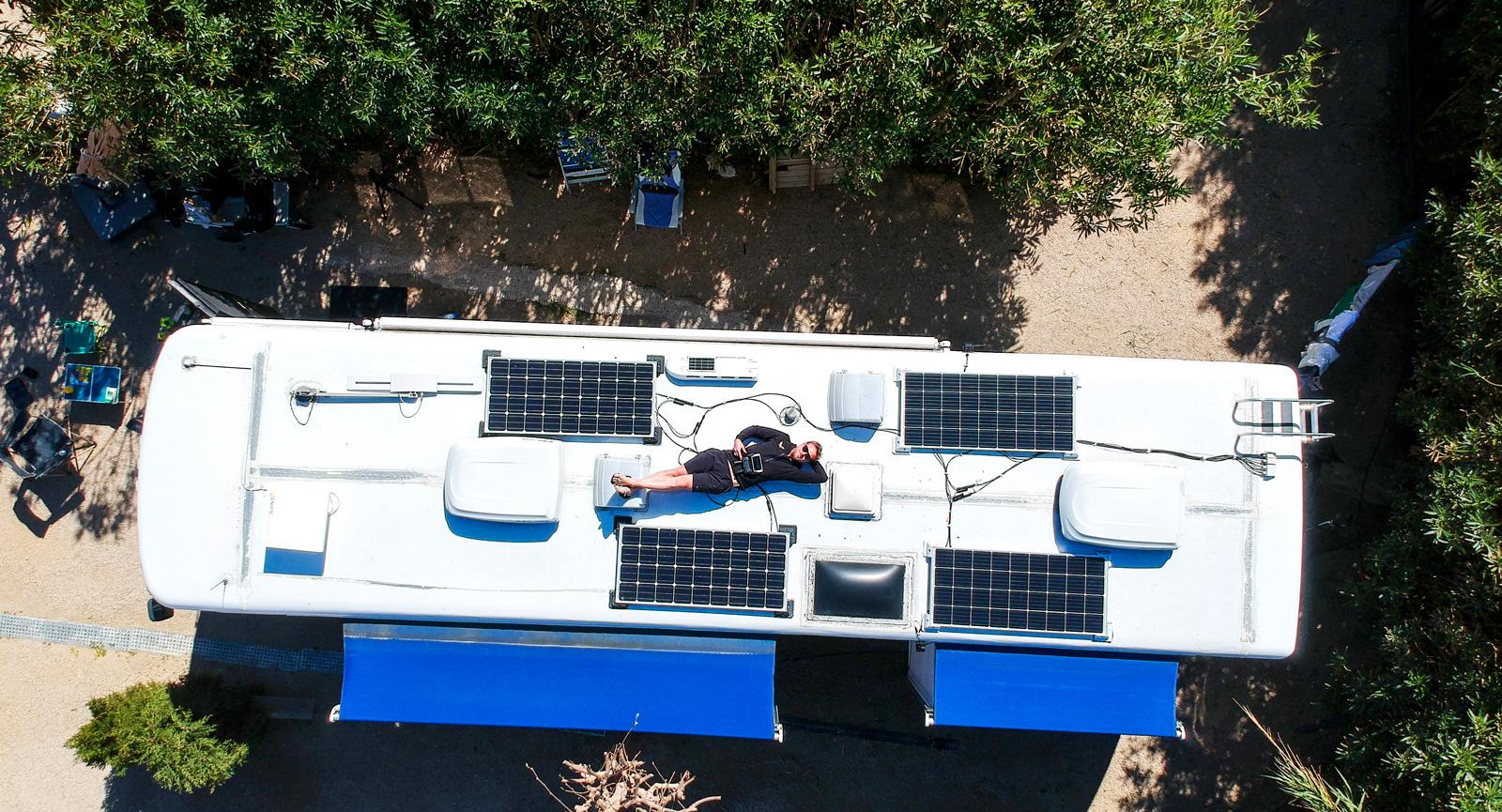 Fyra solpaneler på taket installerades innan avresan från Sverige. Det underlättar fricamping och sol är ingen bristvara i Spanien.