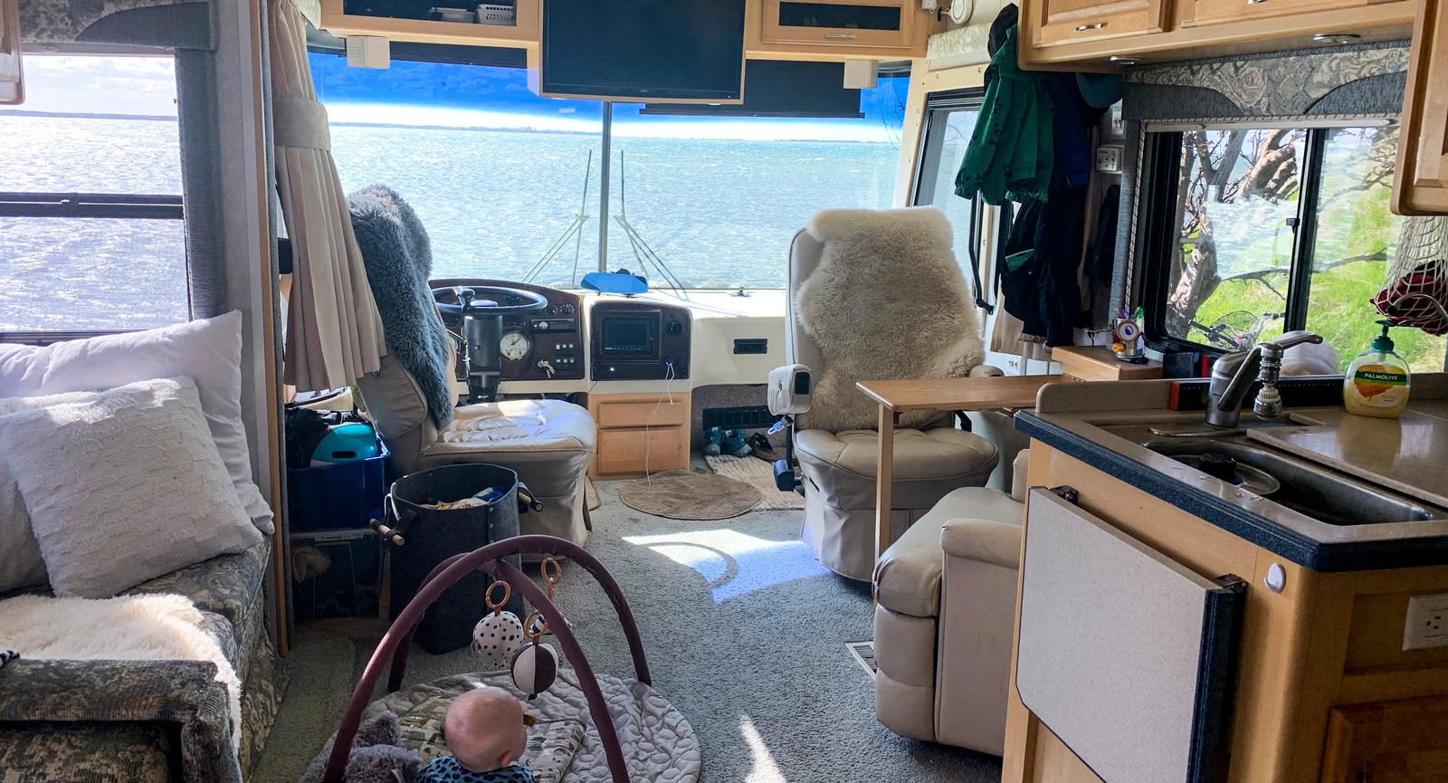 Som att ha sitt vardagsrum med på resan. Att resa med husbuss är optimalt tycker Henrik och Matilda.