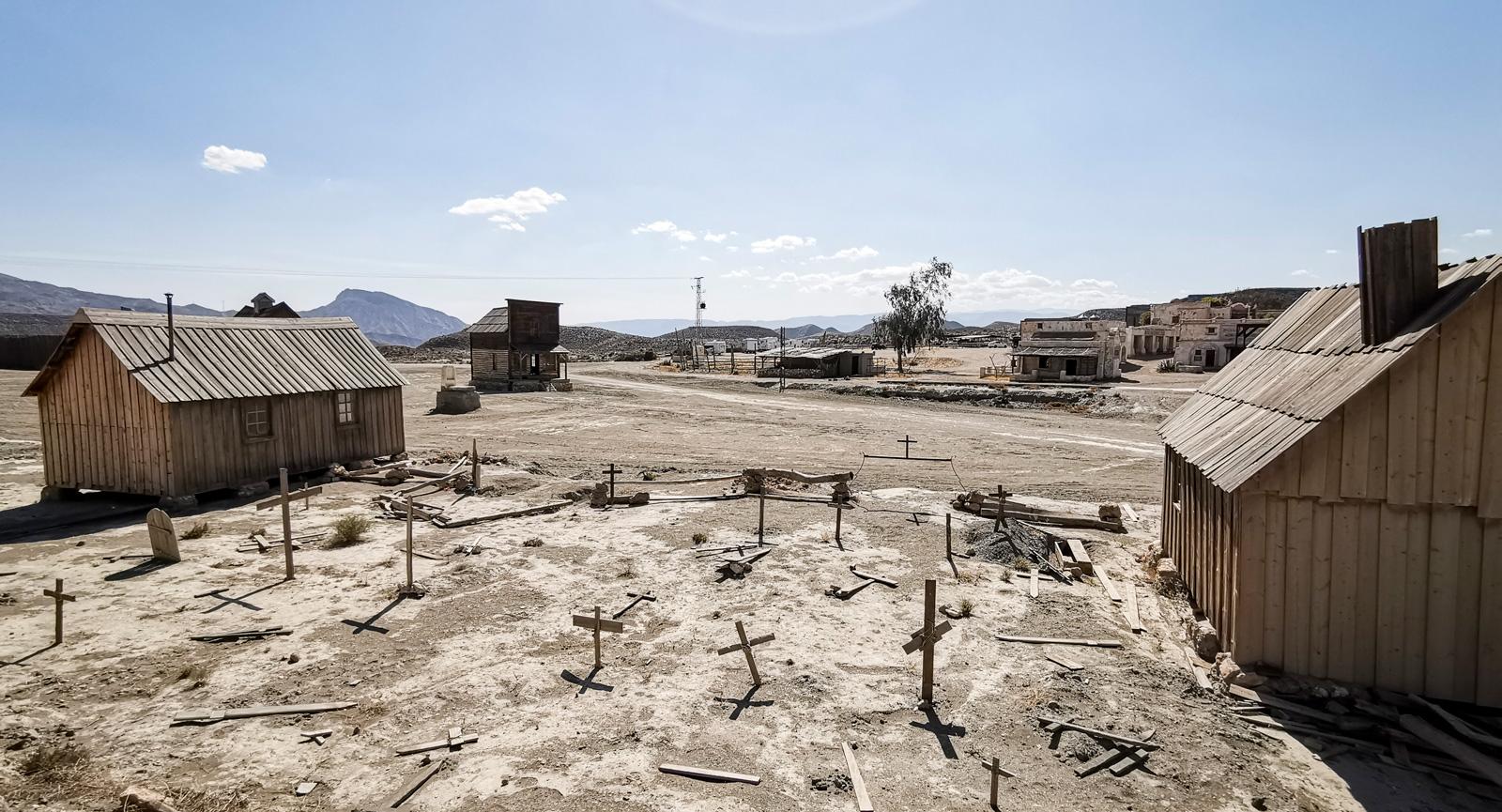 Gravplatsen i Fort Bravo är bara fejk. Det tror vi åtminstone. Här skiner i alla fall solen för det mesta.