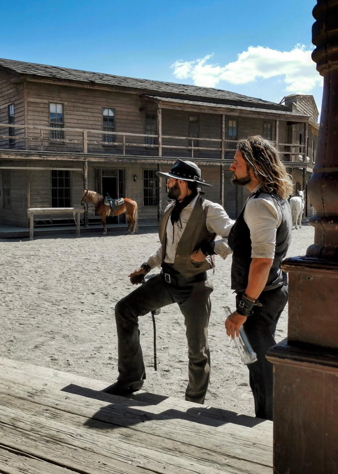Stuntmännen i showen som spelas både inomhus och utomhus.