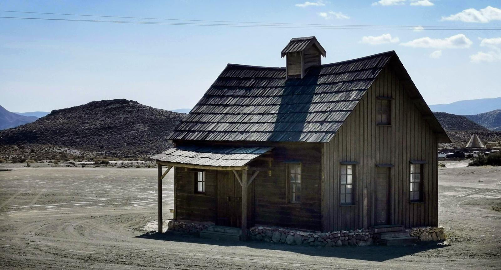 Det lilla huset i öknen har inte kvar så många raka linjer.