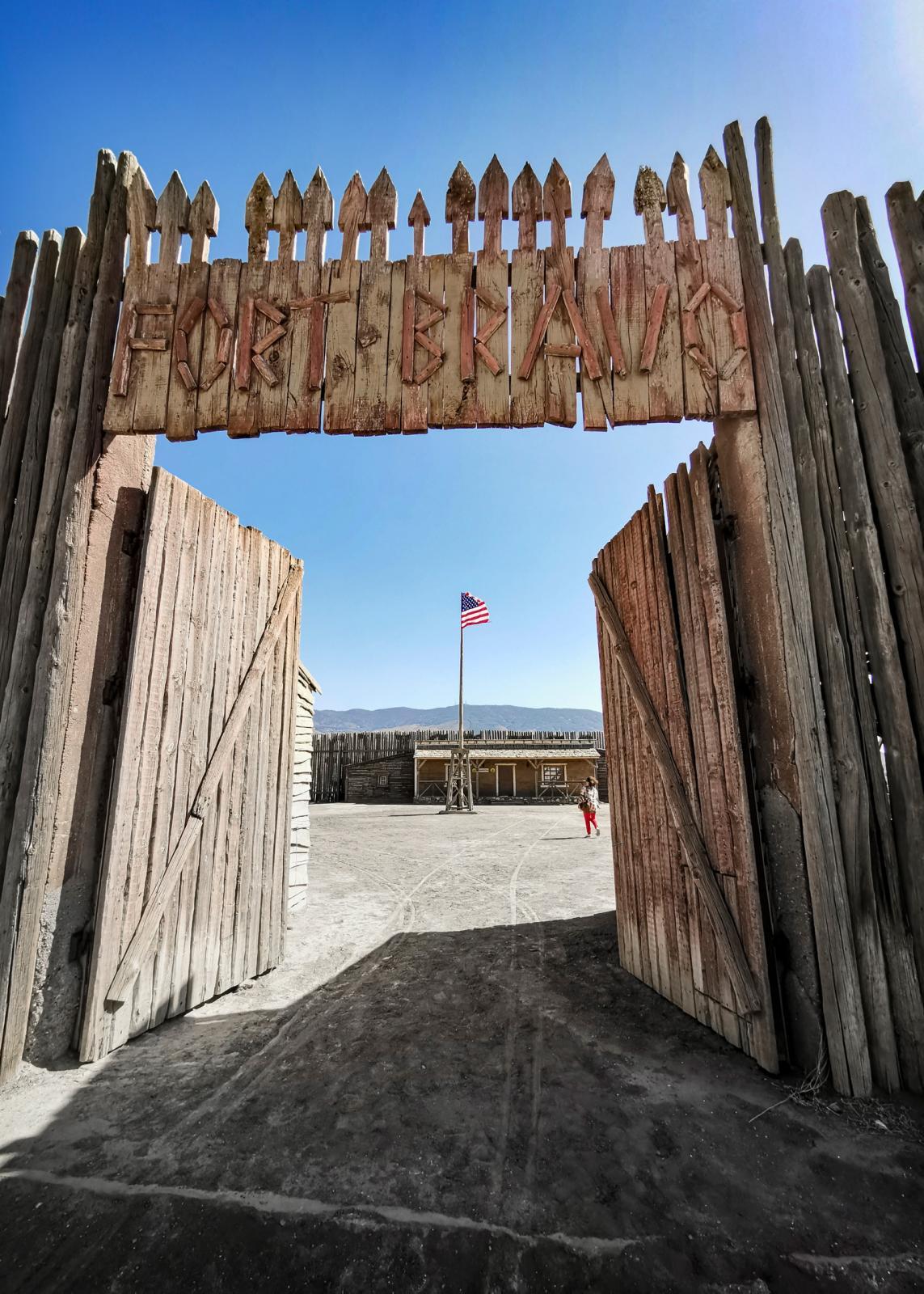 Självaste fortet har byggts upp vid infarten till västerstaden.