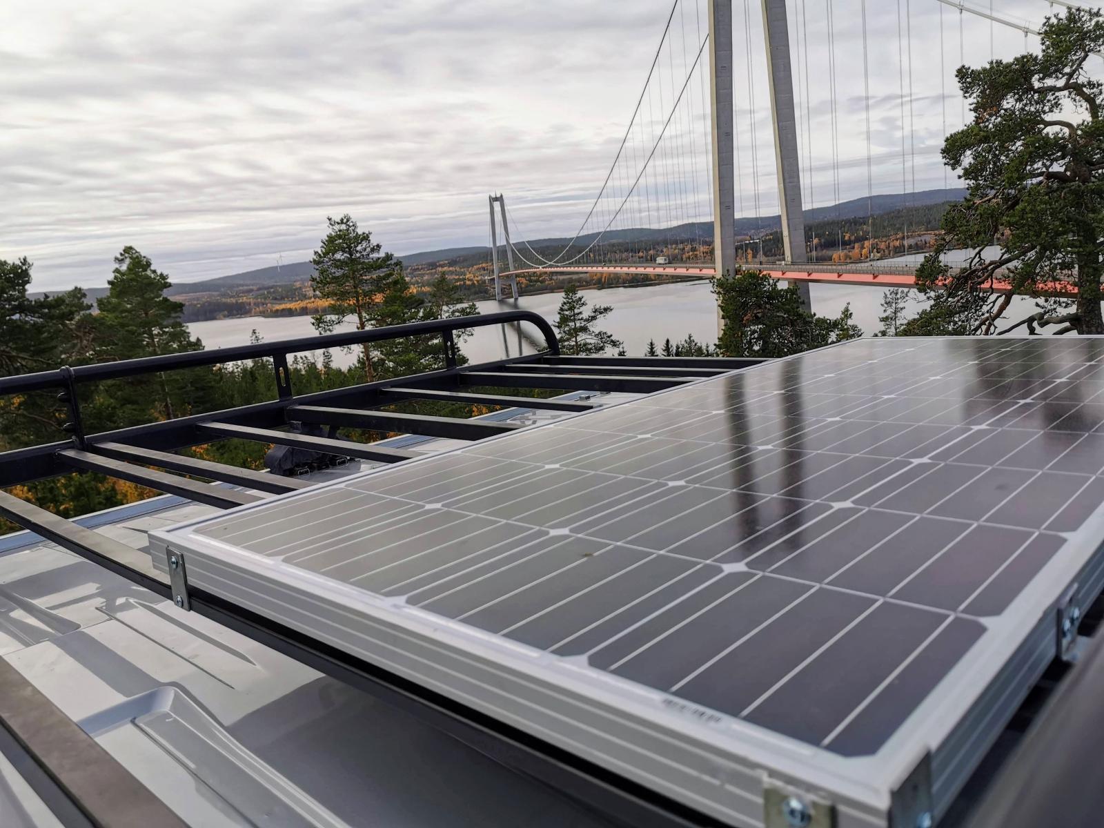 Solpanelen kan behöva städas från damm efter avställning. Kolla panelens fästen och kablar när du ändå klättrar på taket.